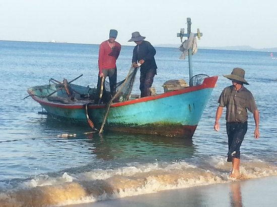 Phuong Binh House: fishermen 10 meters from my bedroom door