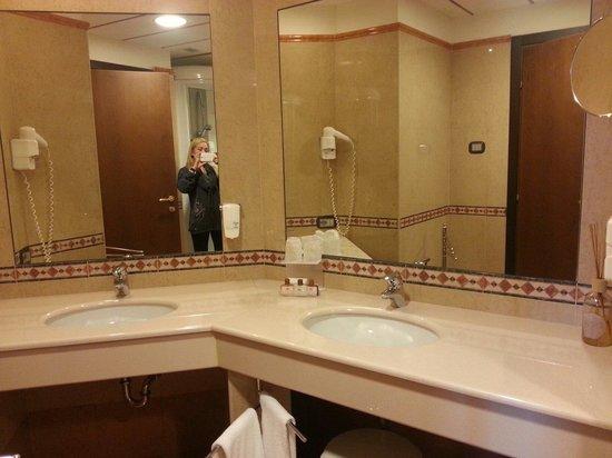 Best Western Palace Hotel: Camera deluxe bagno molto ampio, particolare dei doppi lavabi