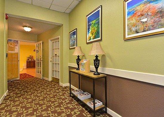 Ramada Hilton Head: interior corridor