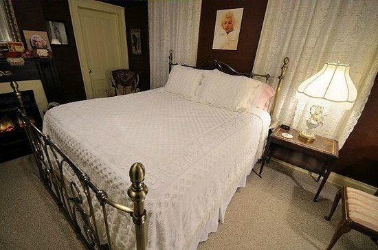 Blue Ridge Inn Bed & Breakfast: Marilyn Room, how beautiful is this?