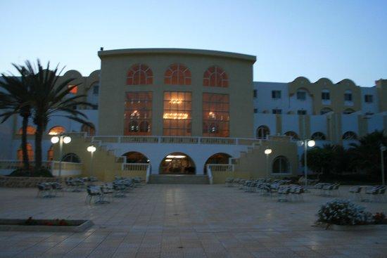 Hotel Djerba Castille: hotel od strony basenu