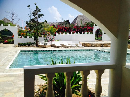 Jacaranda Beach Resort : Camera con piscina