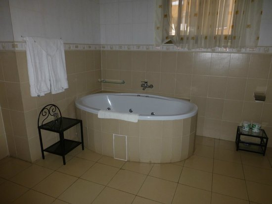 Golf Hills Residence: Our Bathroom with Jacuzzi