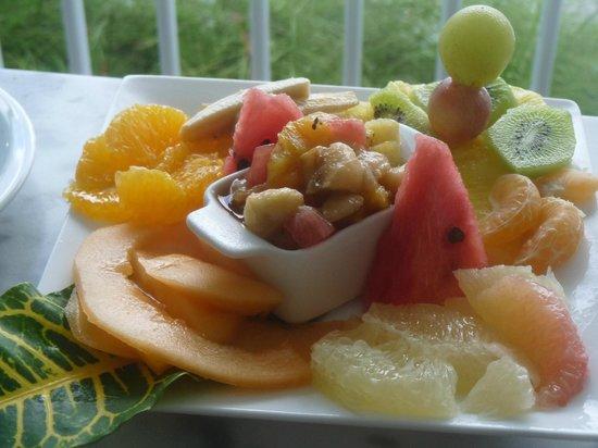Hotel Amaudo: Assiette de fruits au petit déjeuner.