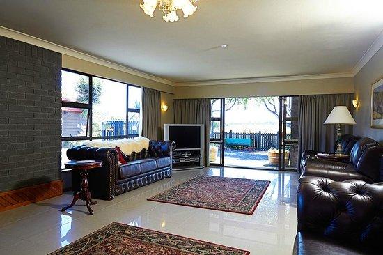 Admiral Creighton Bed & Breakfast : Guest lounge  Looking toward the Seaward Kaikoura Mountains