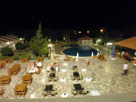 Hotel Sempati: widok z budynku glownego na basen