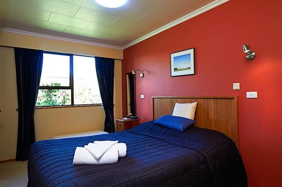 Admiral Creighton Bed & Breakfast : Cosy Nook Small En-Suite room LCD TV  & DVT Queen double bed very private  area