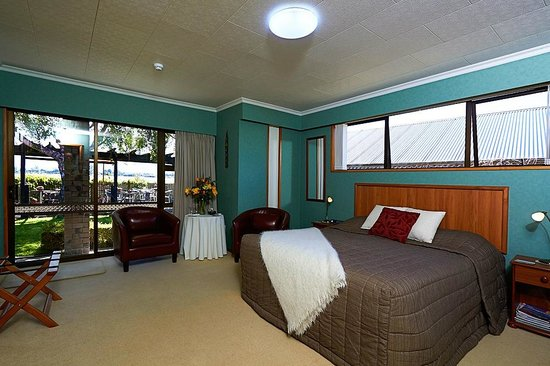 Admiral Creighton Bed & Breakfast: Mountain Splendour Top Room with every thing En-Suite  lcd tv  & DVD.