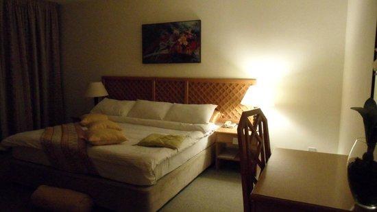 Petra Panorama Hotel: Cama de la Suite