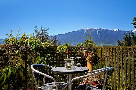 Admiral Creighton Bed & Breakfast: Mount Fyffe as seen from the Sun deck