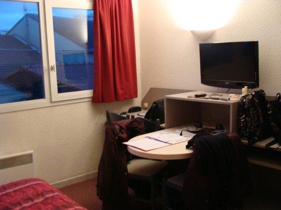 Hotel Residence du Golf : tv et table internet