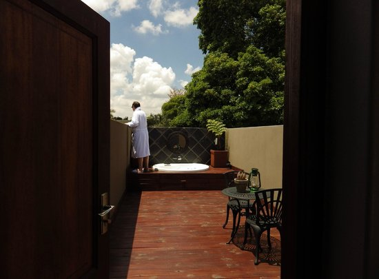 The Residence Boutique Hotel: Penthouse outdoor bathing terrace and high walls