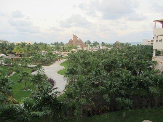 Secrets Maroma Beach Riviera Cancun: Pathway to the pool
