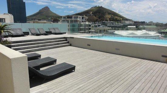 AHA Harbour Bridge Hotel & Suites: Rooftop pool and terrace