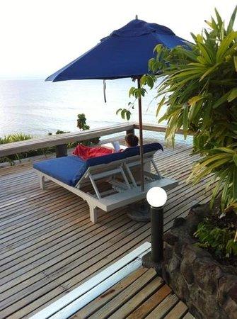 Taveuni Island Resort & Spa: pool reading