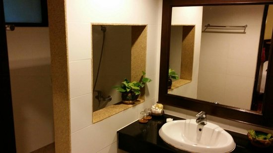 Laluna Hotel and Resort: Spacious bathroom