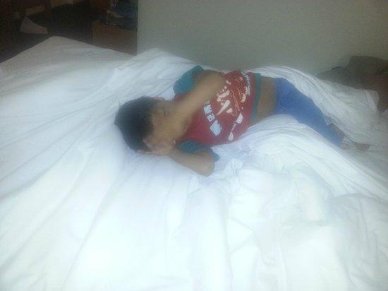 Ramada London North M1: Nice bed and Pillows.. Natural softness while you sleep.