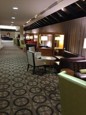 DoubleTree by Hilton - Washington DC - Crystal City: Convenient meeting areas in lobby.
