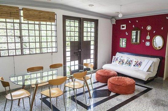 Tao Bed & Breakfast: Dining room/shared living room