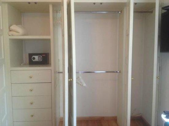 Tao Bed & Breakfast: Closet