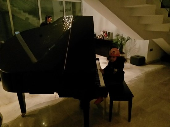 Canyon Boutique Hotel: حلا تعزف البيانو