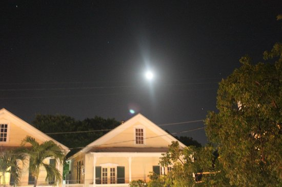 Tropical Inn : Full moon across the street from the balcony.