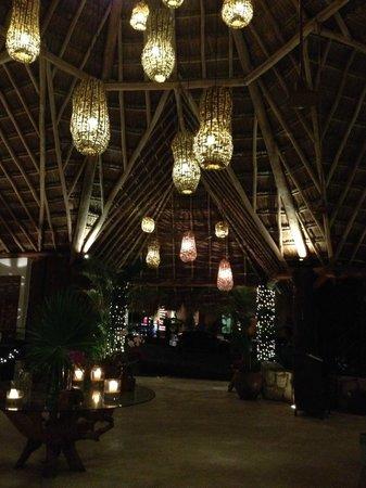 Mahekal Beach Resort: Lobby at night