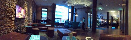 Motel One Nuernberg-City: The lounge and the dining area