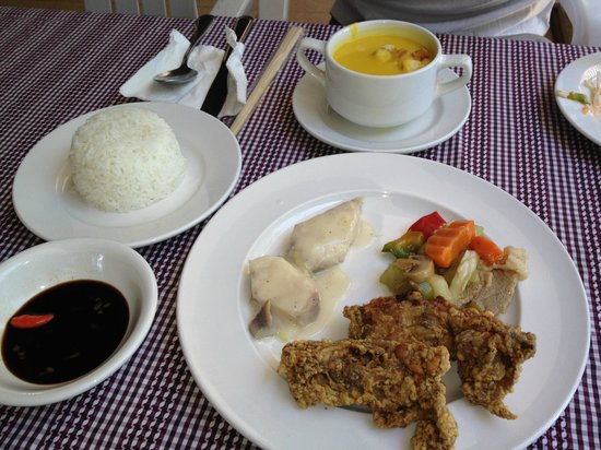 Pacific Cebu Resort: ランチ。たまたま現地で仲良くなった日本人のツアーにセットでついていたもの。フライドチキンは硬く、魚はちょっと小骨が多かったらしい。