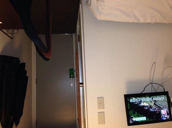 Hotel Kansai: 部屋の様子、せまっ