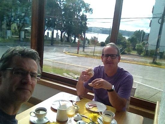 Hotel Puelche : breakfast with view of lake