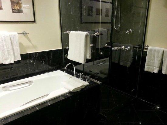 Sheraton on the Park, Sydney: Non-wheelchair accessible bathroom.