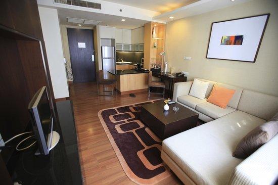 Grand Sukhumvit Hotel Bangkok : Salon et coin cuisine