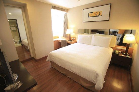 Grand Sukhumvit Hotel Bangkok: Les chambres sont spacieuses mais un peu défraichies par endroits..