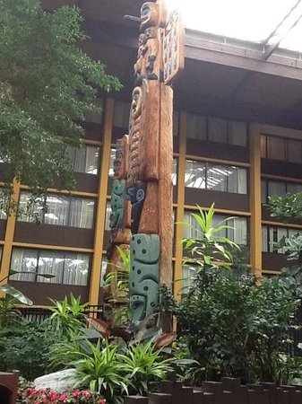 Seattle Airport Marriott: Totems in the atrium.