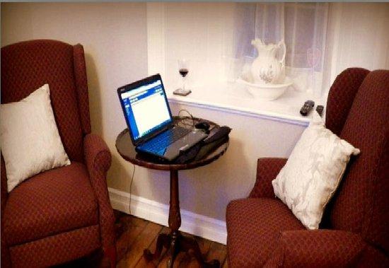 Sir Isaac Brock Bed & Breakfast: salon of suite