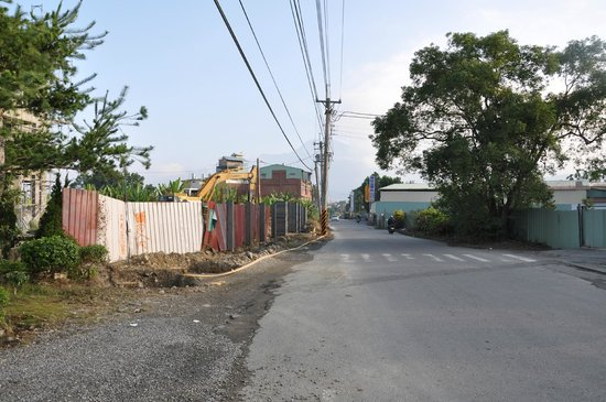 Puli Anilique: Outside the hotel road