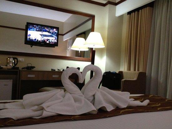 Dohera Hotel: Queen size bed deluxe room