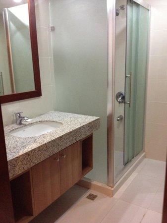 Dohera Hotel: Bathroom shower enclosure