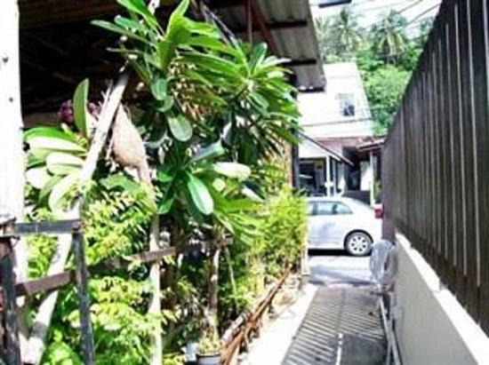 Baan Yuyen Karon Guesthouse: Way to Patak Rd.