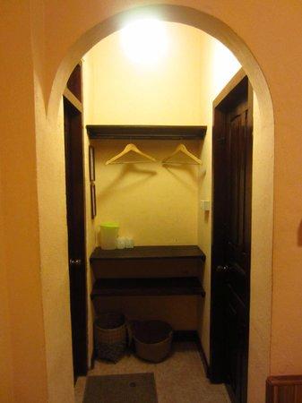 Manichan Guesthouse: The closet