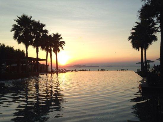 Cape Dara Resort: Public pool in evening time