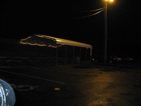 Karin's Kustard & Hamburgers: Outdoor seating area at night
