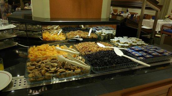 Akgun Istanbul Hotel: 朝食ビュッフェ、ドライフルーツが山盛り