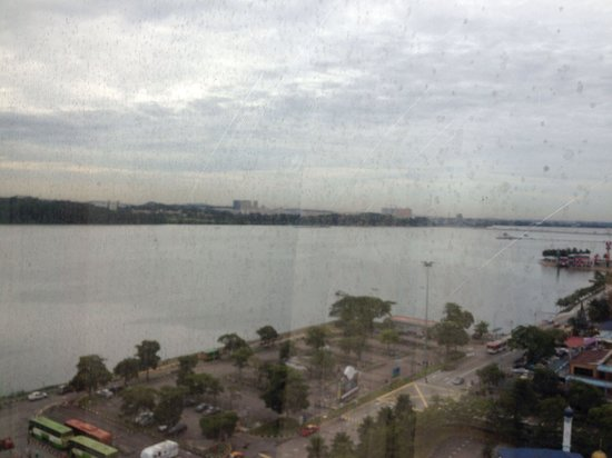 Berjaya Waterfront Hotel, Johor Bahru: Can see singapore from room... And also the not so clean window :-)