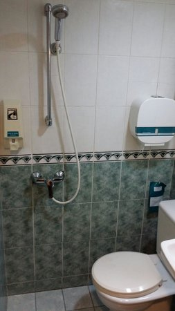 Hotel 81 - Cherry: Guest room bathroom