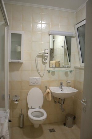 Pervanovo Apartments: Bathroom outside the bedroom with a washing machine