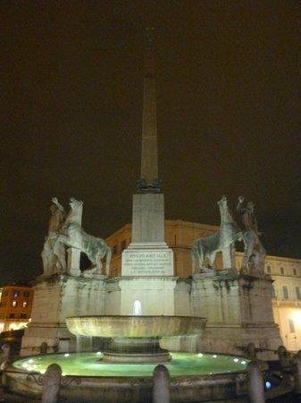 Quirinale Palace (Palazzo del Quirinale) : 正面広場の噴水と彫刻