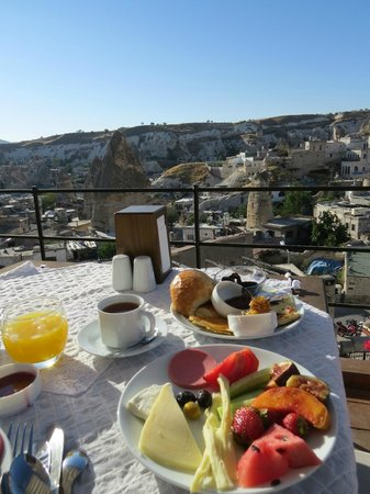 Aydinli Cave Hotel: Breakfast at the terrace