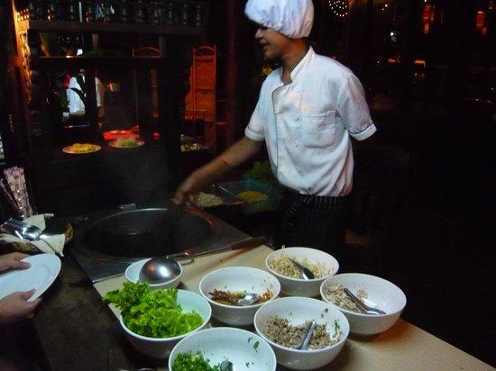 Koulen 2 Restaurant: Preparing noodle